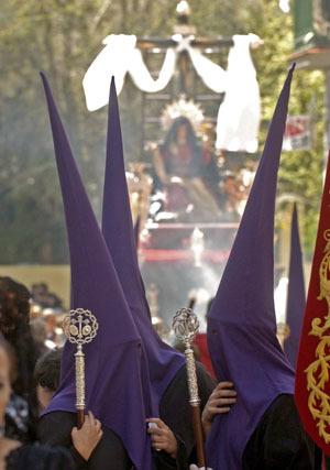 Más de 5.000 personas piden tres gracias al Cristo de los Favores de Granada