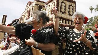 Miles de personas participan en la Batalla de las Flores con 140.000 claveles
