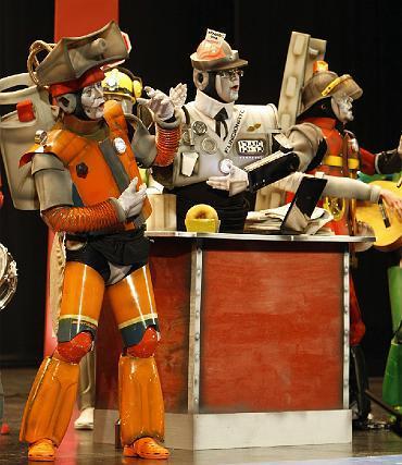 Genial tipo de robots para la chirigota de Vera Luque, Los mákina.   Foto: Jesus Marin