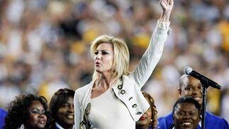 La cantante estadounidense Faith Hill durante los actos de ceremonia previos a la 43º edición de la Super Bowl americana entre los 'Acereros' de Pittsburgh y los 'Cardenales de Arizona./ Tannen Maury (Efe)