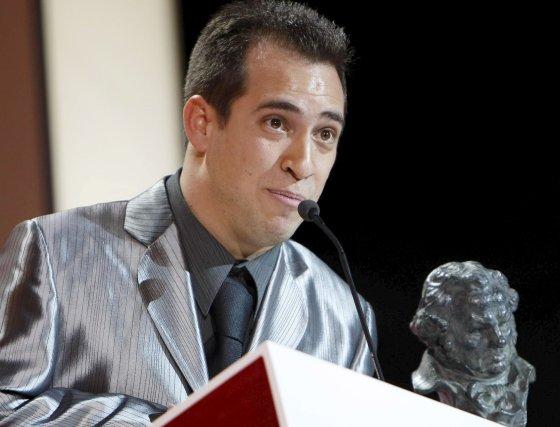 Álvaro Cervantes recibe el premio a Mejor actor revelación por 'El Juego del Ahorcado'.  Foto: efe