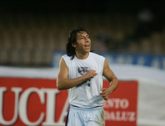 Brian Sarmiento regaló su camiseta al final del partido a los aficionados del Fondo Sur y no le importó pasar frío.  Foto: Pascual