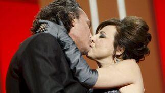 Carmen Machi besa a José Coronado en un momento de la gala.  Foto: Agencias