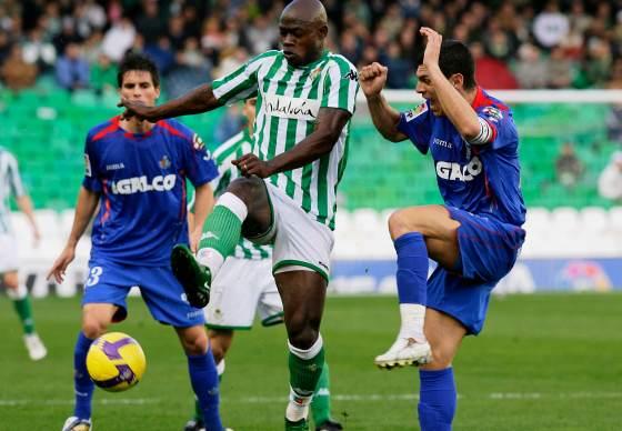 Emaná se hace con el balón ante la presencia de su adversario.  Foto: Antonio Pizarro