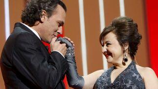 José Coronado besa la mano de Carmen Machi, presentadora de la gala.  Foto: efe
