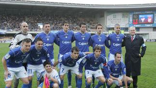 José Manuel Calvo dejó de ser delegado de campo del Xerez y posó con los jugadores como recuerdo de su último partido en la entidad.   Foto: Pascual