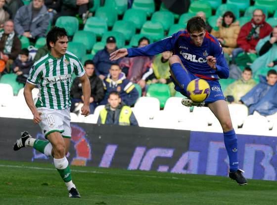 Mark González atento de la jugada de su rival.  Foto: Antonio Pizarro