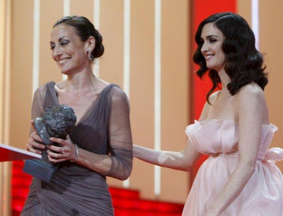 Paz Vega concede el Goya a Mejor Actriz a Carmen Elías por su trabajo en 'Camino'.  Foto: EFE