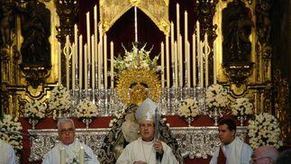 Monseñor Asenjo en el besamanos de la Candelaria.  Foto: Juan Parejo