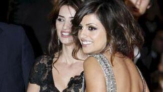 Penélope y Mónica Cruz sonríen antes de entrar a la gala.  Foto: Agencias