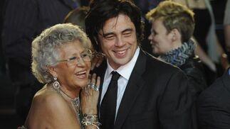 Pilar Bardem se abraza a Benicio del Toro.  Foto: Agencias