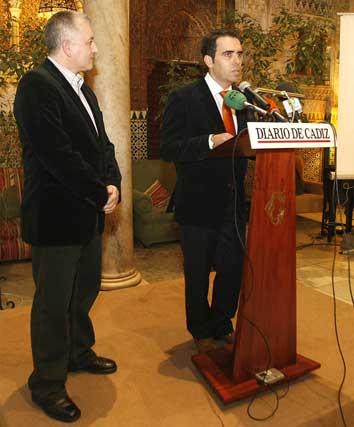 Rafael Navas, director del 'Diario', habla al público junto a Manolo Casal  Foto: Jose Braza