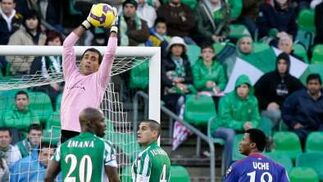 Ricardo bloquea un balón po alto ante Juanito y Emaná.  Foto: Antonio Pizarro
