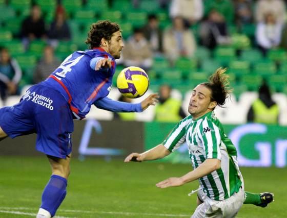 Sergio García cae al suelo en una jugada con I. Kas.  Foto: Antonio Pizarro