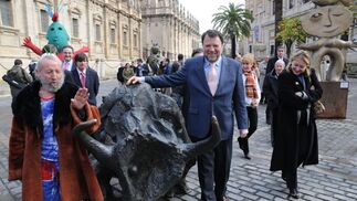 El alcalde de Sevilla, Alfredo Sánchez Monteseirín, posa con Ripollés junto a una de las estatuas del artista.  Foto: Juan Carlos Vazquez
