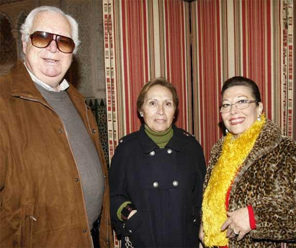 Pepe Vázquez, con su señora, Ana María Carnota, y la cantaora Mariana Cornejo  Foto: Jose Braza