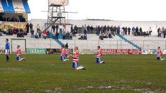 Los jugadores del Granada volvieron a pedir de rodillas que se les pague.  Foto: La Otra Foto