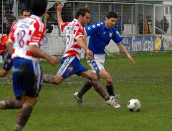 Los jugadores rojiblancos sacaron un valioso punto del estadio de Linarejos.  Foto: La Otra Foto