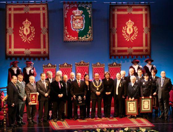 Foto de familia de los premiados, junto a los representantes de los distintos grupos municipales.  Foto: Miguel Rodr?ez