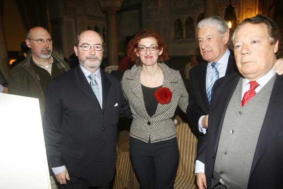 Ignacio Moreno, presidente del Ateneo de Cádiz, con Maite Pagazaurtundúa, a la que concedió el Drago de Oro en 2003.  Foto: Joaquin Hernandez Kiki