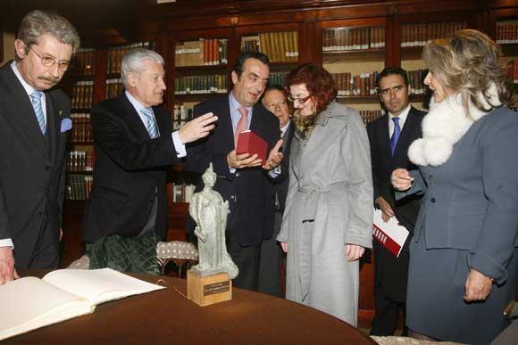 Javier Moyano, director general de Grupo Joly, entrega un obsequio a Pagazaurtundúa en la biblioteca del Casino Gaditano.  Foto: Joaquin Hernandez Kiki