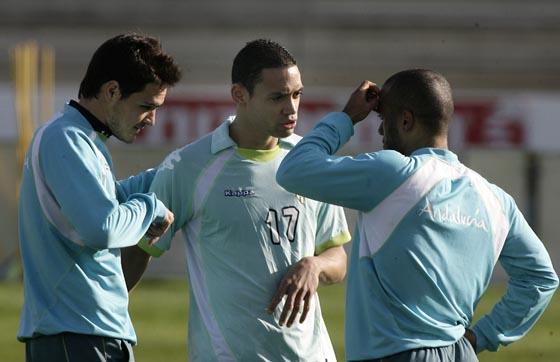 Oliveira conversa con sus compañeros en un momento del entrenamiento.  Foto: Antonio Pizzaro