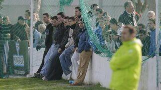 Algunos aficionados saltaban al césped para presenciar el entrenamiento de Oliveira.  Foto: Antonio Pizzaro