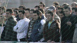 Los aficionados ante el primer entrenamiento del bético.  Foto: Antonio Pizzaro
