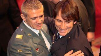 Dos de los galardonados se felicitan mutuamente al terminar el acto.  Foto: Miguel Rodr?ez