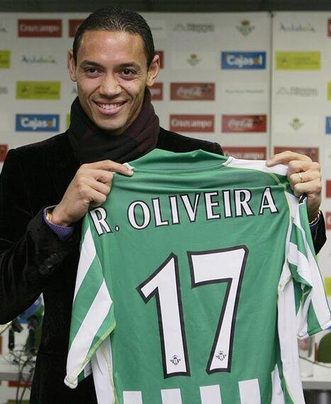 El jugador bético sonríe a la prensa en su presentación.  Foto: Antonio Pizzaro