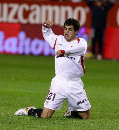 Acosta celebra el primer tanto sevillista que daba el empate a los locales  Foto: Antonio Pizarro