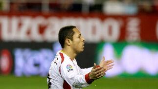 Adriano reclama una asistencia en el suelo  Foto: Antonio Pizarro