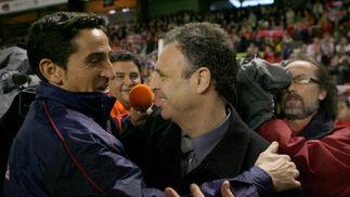 Dos viejos conocidos como Caparrós y Jiménez se saludan antes de inicar el partido  Foto: Antonio Pizarro