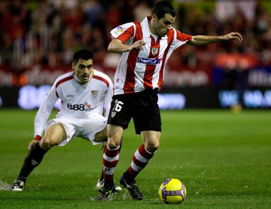 Duscher presiona al jugador del Athletic, Orbaiz  Foto: Antonio Pizarro
