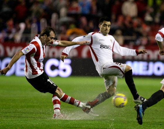 Duscher trata de irse con el balón ante la presión del contrario  Foto: Antonio Pizarro