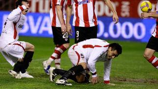 Duscher en el suelo  depués de lanzar el balón que se saldaría con el primer tanto sevillista  Foto: Antonio Pizarro