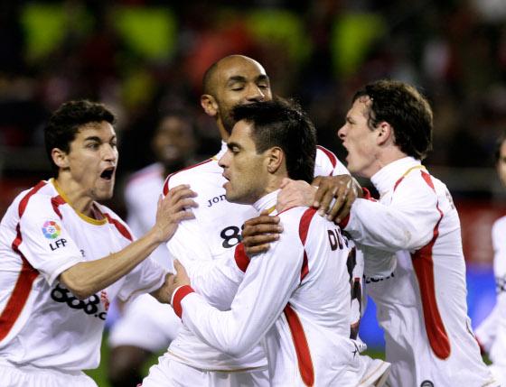 Kanoute y Navas acuden a a celebrar el gol sevillista junto a Duscher, autor del mismo  Foto: Antonio Pizarro