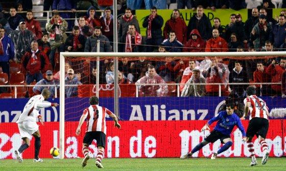 Kanoute lanza el penalti que llega a las manos del meta visitante  Foto: Agencias