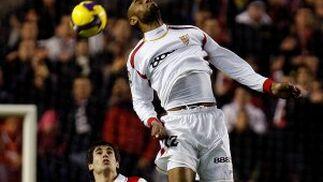 Kanoute salta para tratar de rematar el balón de cabeza  Foto: Agencias