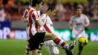 Orbaiz y Adriano luchan por el balón  Foto: Antonio Pizarro