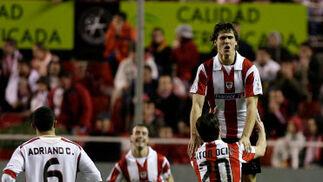 Aitor Oscio y Llorente celebran el gol del Athletic  Foto: Antonio Pizarro
