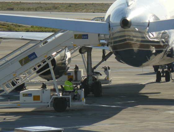El avión ha tenido que esperar a que llegara una rueda de repuesto de Madrid.  Foto: elalmeria.es