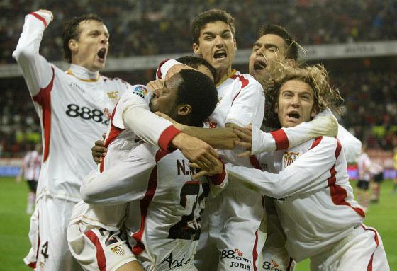 Los jugadores del Sevilla celebran el segundo tanto que les daba la victoria ante los bilbainos  Foto: Antonio Pizarro