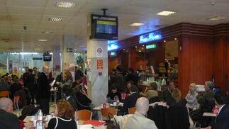 Los viajeros han tenido que esperar en la cafetería del aeropuerto.  Foto: elalmeria.es