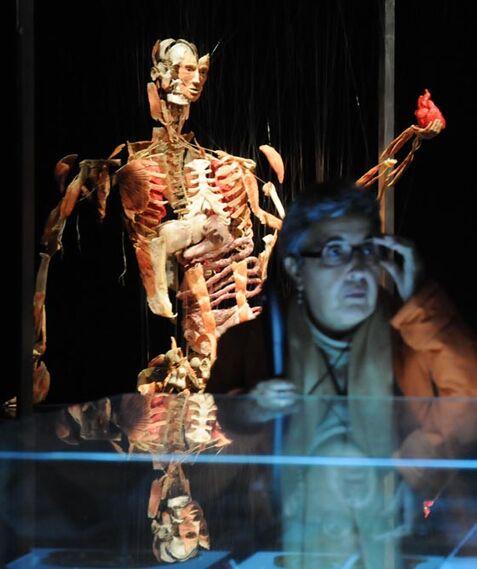 Una visitante en el museo que tiene lugar hasta el 5 de mayo en el Casino de la Exposición.  Foto: Juan Carlos Vazquez