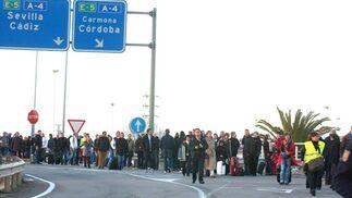 Decenas de personas se han visto afectadas por el aviso de bomba.  Foto: Manuel Gomez