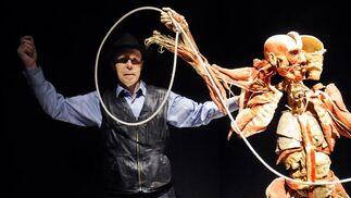 Gunther von Hagens celebra su obra junto a uno de los cuerpos.  Foto: Juan Carlos Vazquez