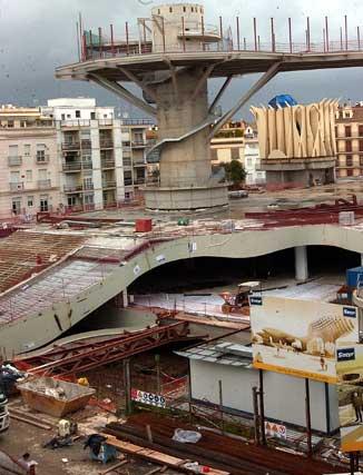 """Parasol de una de las pasarelas de la obra en construcción y aspecto de una de las """"Setas"""" -casi- terminadas (al fondo).  Foto: Manuel Gómez"""