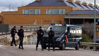 La Policía ha cortado los accesos al tráfico en dirección al aeropuerto.  Foto: Manuel Gomez