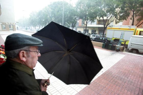La lluvia, el viento y el granizo han sido las protagonistas de la jornada. Numerosas calles se han visto anegadas por el agua.